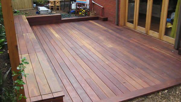 Un banc avec des rangements sur une terrasse en bois terrasse bois pinterest - Banc de terrasse en bois ...