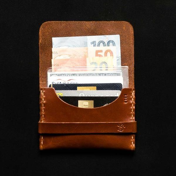 d81ff5f1a A Carteira de bolso único T-BROWN é feita com couro de alta qualidade num  tom marrom clássico e totalmente feita à mão.