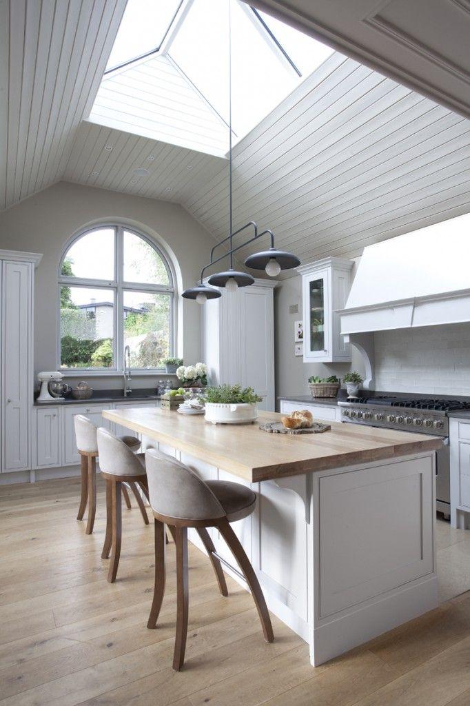 Kuche Weiss Rahmenfront Landhaus Insel Arbeitsplatte Holz Boden Holz