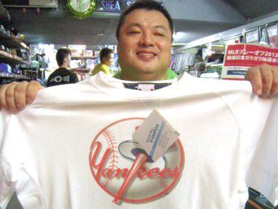 【新宿1号店】 2012年10月5日    当店の常連様の石井様!    抽選で引き当てた  ヤンキースのTシャツで記念写真♪
