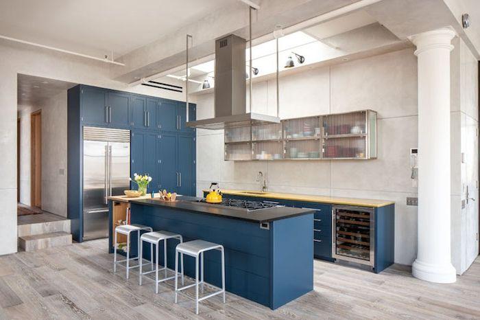 Captivant Facade Cuisine Avec Ilot Central Couleur Bleu Pétrole, Parquet Clair,  Aspirateur Inox, Colonne