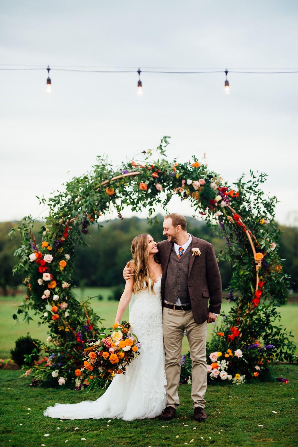 A Fall Farm Wedding That S Bursting With Color Casamento Altar