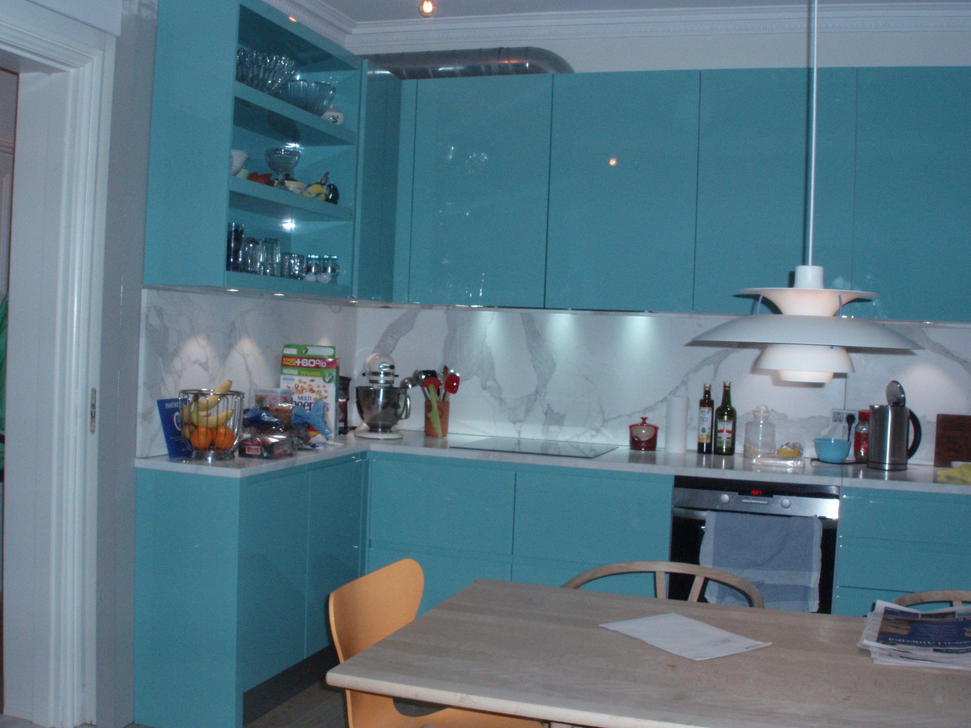 Turkis lak køkken med marmor bordplade og backsplash ...