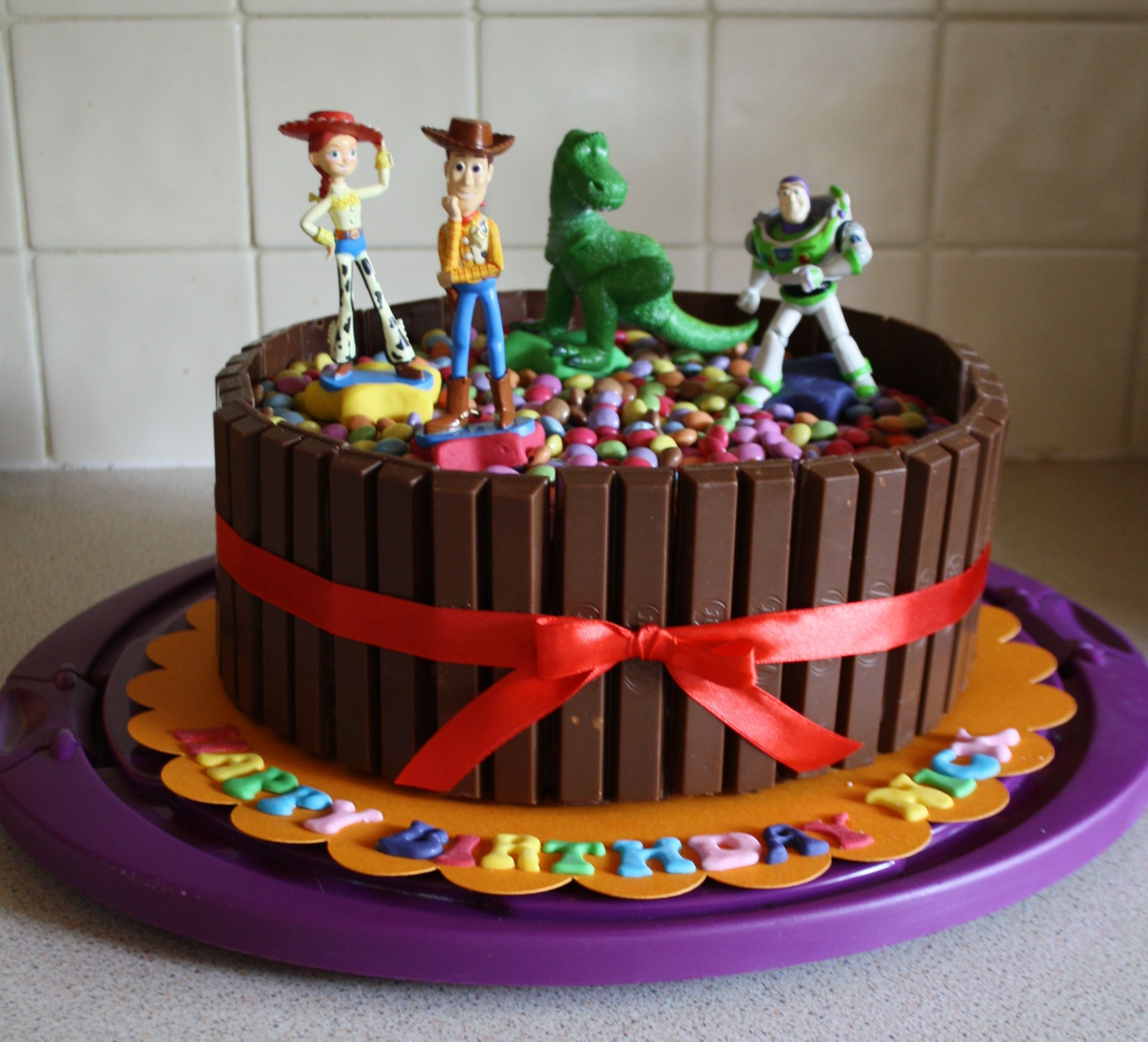 Kitkat Kuchen Mit Smarties Kitkat Smarties Cake Birthdays Birthday Cake Toy Story