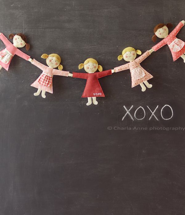 Very cute felt doll chain. Great for decorating girls room. Tutorial at Charlaanne blog.