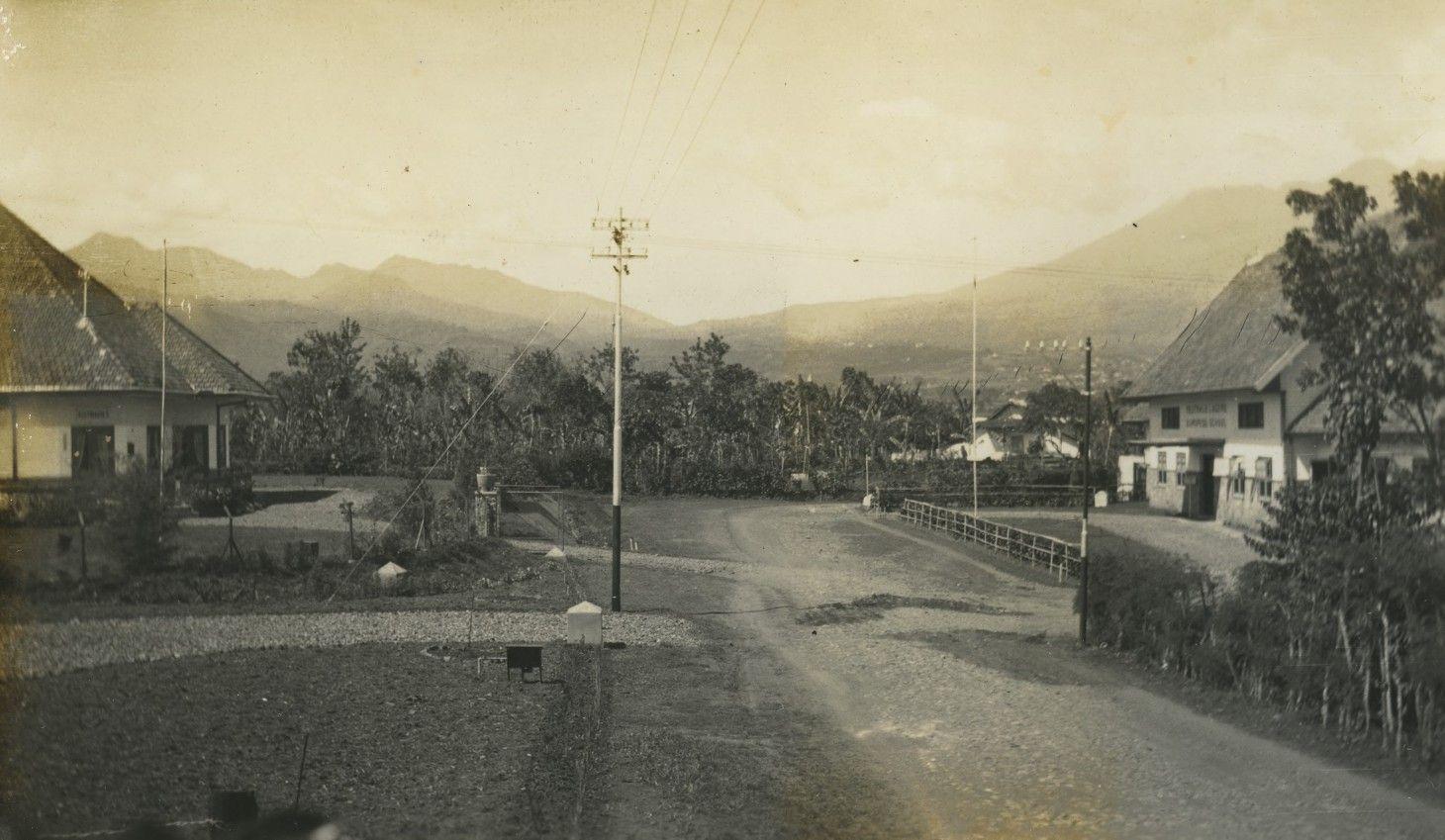 Pemandangan Jalan Dengan Sekolah Keagamaan Di Sebelah Kanan Di Kota Rantepao Tana Toraja Sulawesi Selatan Sekitar Tahun 1940 Kitlv Leiden Di 2020 Pemandangan