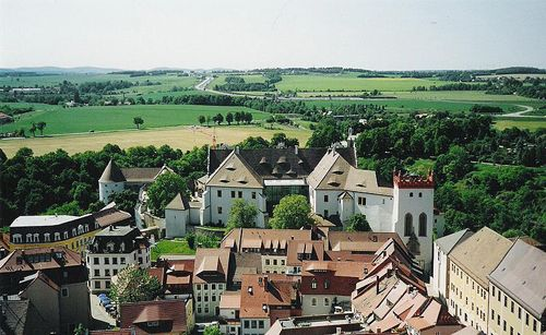 Ortenburg Castle with its Renaissance gables, for so long the center of power in Upper Lusatia, towers high above the river Spree and the lower town, but drawbridges and defensive walls have long since disappeared, and today the defensive structure is open, hospitable and often the scene of cultural…