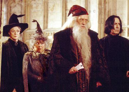 """ZNANE FILMY Z LOTTO TWISTEM  """"Harry Potter i Komnata Lotto Tajemnic""""    Młody czarodziej Harry Potter powraca do szkoły Hogwart, gdzie zauważa dziwne i tajemnicze zmiany w sposobie losowania liczb w lotto organizowanym przez szkołę. Komnata Lotto Tajemnic zostaje otwarta. Harry Potter wygrywa tylko trójkę i postanawia, że od teraz gra tylko w Powerball!"""