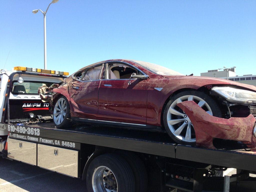 """""""Phốt"""" đầu tiên của Tesla: Hệ thống tự lái bị nghi gây chết người"""