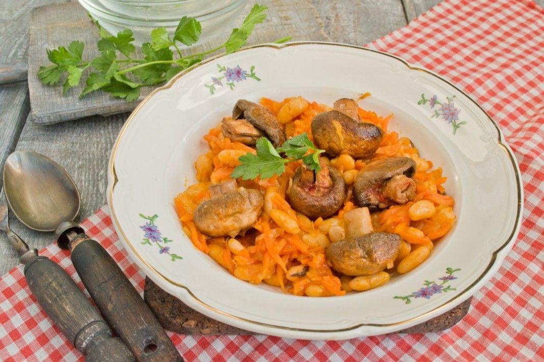 фасоль тушеная с мясом и грибами