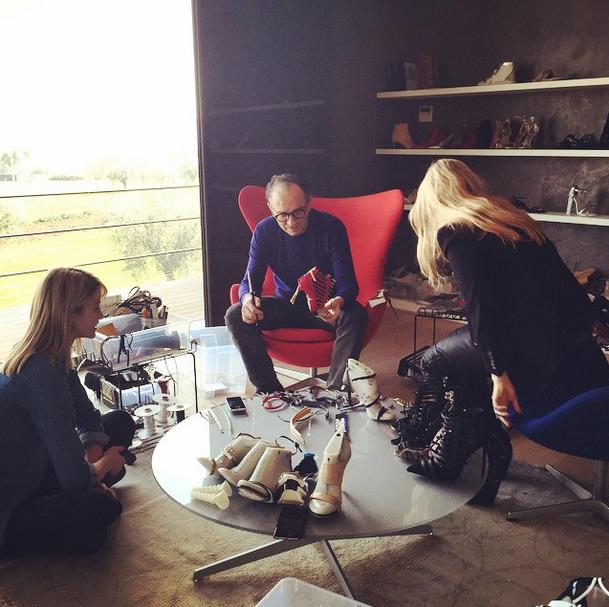 Un ospite a sorpresa ieri in azienda... Elena Santarelli si lascia incantare dal fascino del processo creativo di una #scarpa, raccontato abilmente dal designer Enio Silla e dal direttore creativo Monica Ciabattini. #lesilla #shoes #handmade www.lesilla.com