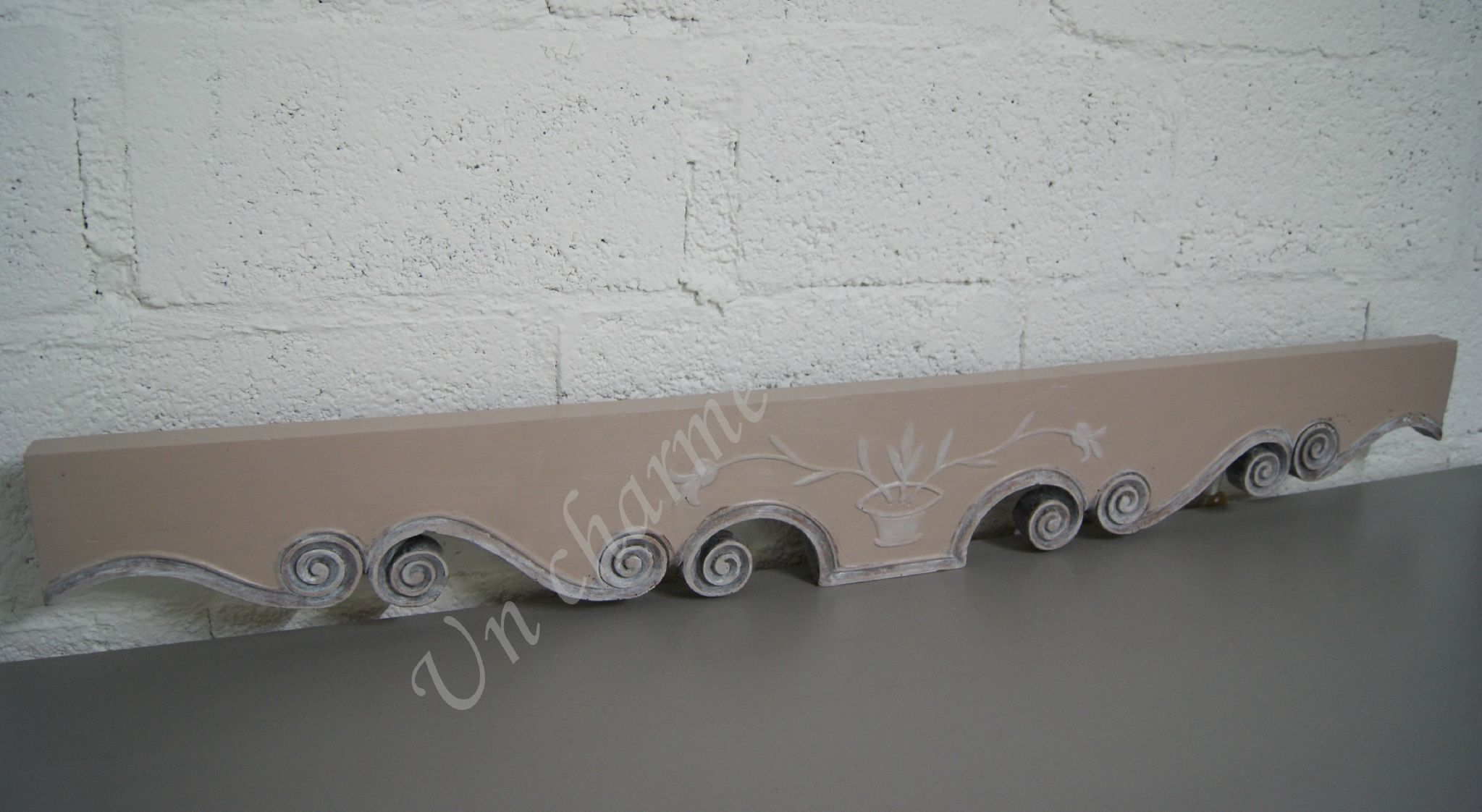 frise murale bois de rose et patine l gante frise murale avec rosace pour parfaire sa. Black Bedroom Furniture Sets. Home Design Ideas