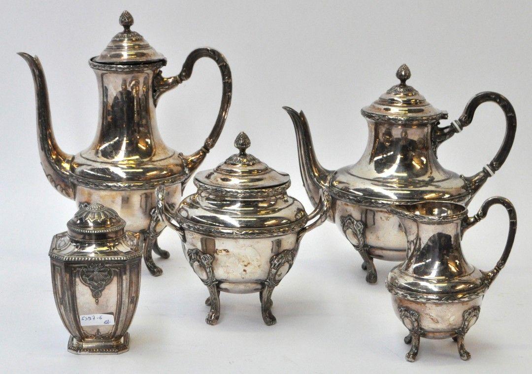 Een koffieservies van verzilverd metaal, bestaande uit een koffiepot, theekan, een melkkannetje en twee suikerpotten/. Onderaan gemerkt. -- By  Lutetia, France -- Estimate: € 120/180
