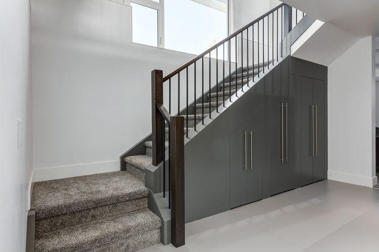 Einbauschrank Unter Treppe einbauschrank unter treppe teppichboden grau interiors design