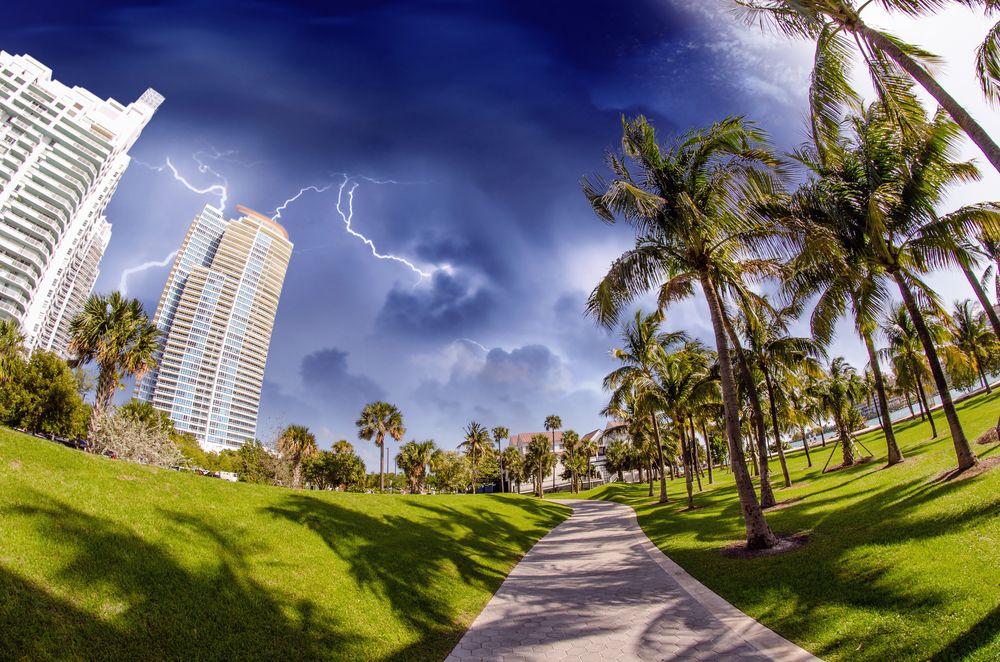 Una tormenta eléctrica se avecina hacia la hermosa y tropical #Miami. Foto que muestra los asombrosos colores que pueden disfrutarse en esta ciudad de #Florida, #EstadosUnidos. http://www.bestday.com.mx/Miami-area-Florida/ReservaHoteles/