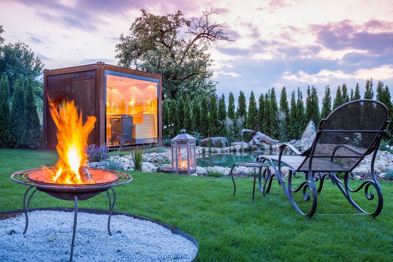 Fancy Wellness im kleinen privaten Spa mit Sauna Kubus im eigenen Garten