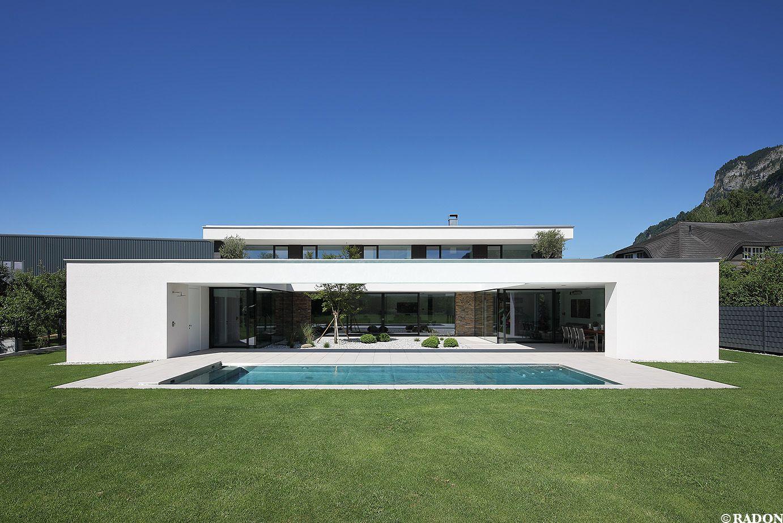 einfamilienhaus pool flachdach steinfassade panoramafenster dachterrasse fliesenboden