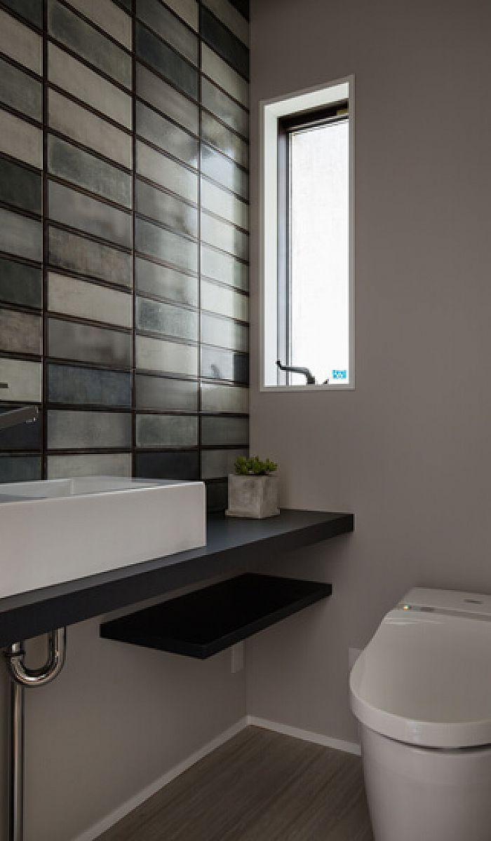 愛知県名古屋市の注文住宅クラシスホーム トイレ トイレの壁面には インダストリアルガラス を表現した個性的で遊び心のあるセラミックタイルを採用 グリーンを含む落ち着いた配色に 独特のメタル調やひび割れなど数種の柄パターンを楽しめます タイル 造作