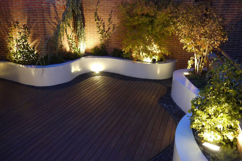 Tico con jardineras en linea curva plantas bajo for Mantenimiento de jardines