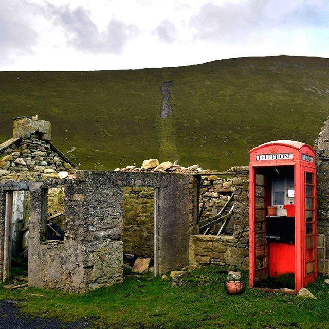 Edificios en ruinas junto a una cabina telefónica en la isla de Foula (Escocia). La isla de Foula (del nórdico antiguo: Fugløy) es la isla habitada permanentemente más remota de Gran Bretaña. Forma parte  del grupo de las Shetland, ocupa una superficie de 1,3 hectáreas, y se encuentra en la misma latitud que San Petersburgo. Foula es conocida por sus acantilados de 370 metros de altura. El Oceanic un transatlántico de la White Star Company naufragó en un arrecife cercano muy conocido por…
