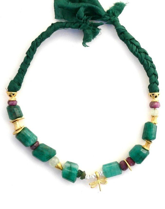 a7b50adefe7d Este collar está elaborado con piedras esmeralda grandes