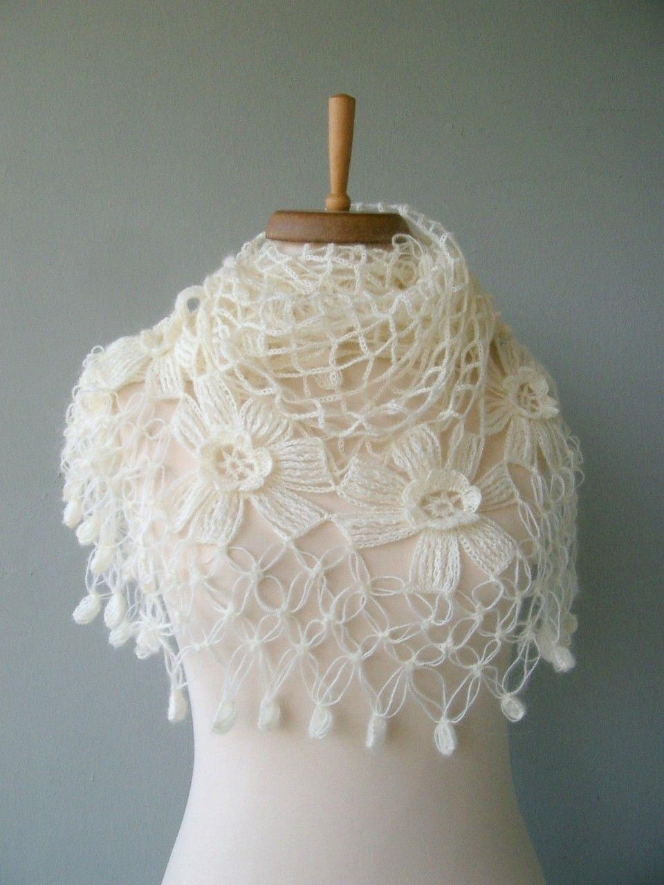 Chal blanco con flores   gan   Pinterest   Poncho jacke, Jacke ...