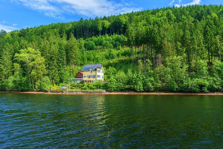 Una casa en el bosque en el lago Titisee de Alemania