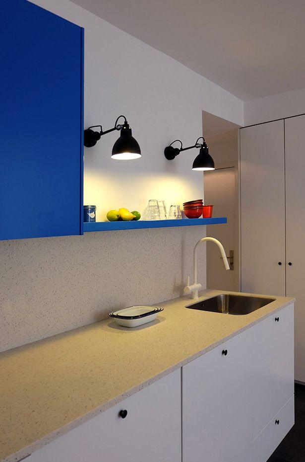 Cuisine kitchen - bleu électrique electric blue - lampe gras - white