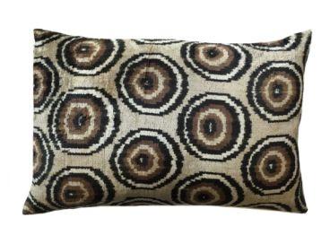 Ikat kussen seventies 40x60 cm. De prachtige ikat kussens zijn gemaakt van zijden velours. Handgeweven in Uzbekistan. Voor de kussens wordt uitsluitend natuurlijke verf gebruikt. De kleuren zijn daardoor mooi diep. 1 kant van het kussen is van fluweel, de andere kant is naturel linnen. Inclusief vulling. Afmeting 40x60 cm. http://www.bedazzle.nl/woonaccessoires-and-decoration/woonaccessoires-kussens