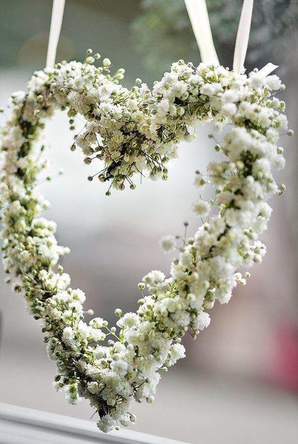 Dekoration Trauung Weiß Kirchendekoration mit Kranz aus weißen Blüten in Form eines Herzes | Foto: Anna Leste-Matzen