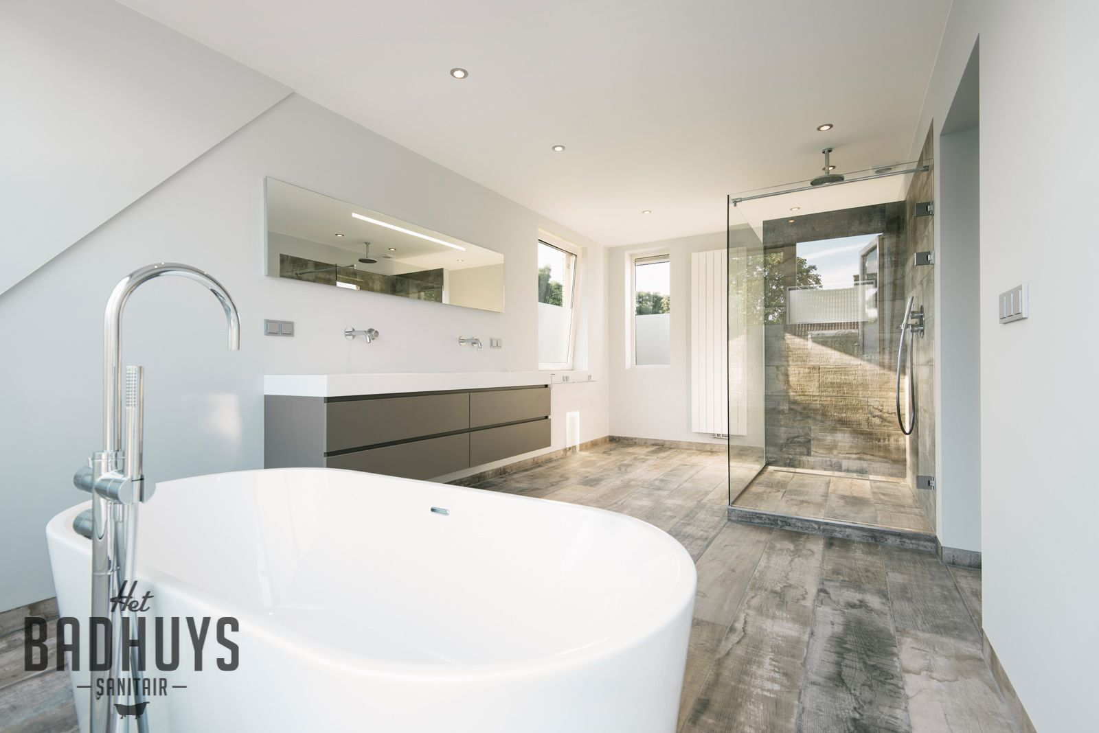 Ruime badkamer met vrijstaand bad en inloopdouche stucwerk gecombineerd met tegels in - Kleine badkamer in lengte ...