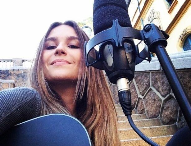 Compositora faz música para contar histórias de pessoas comuns por R$ 3.500