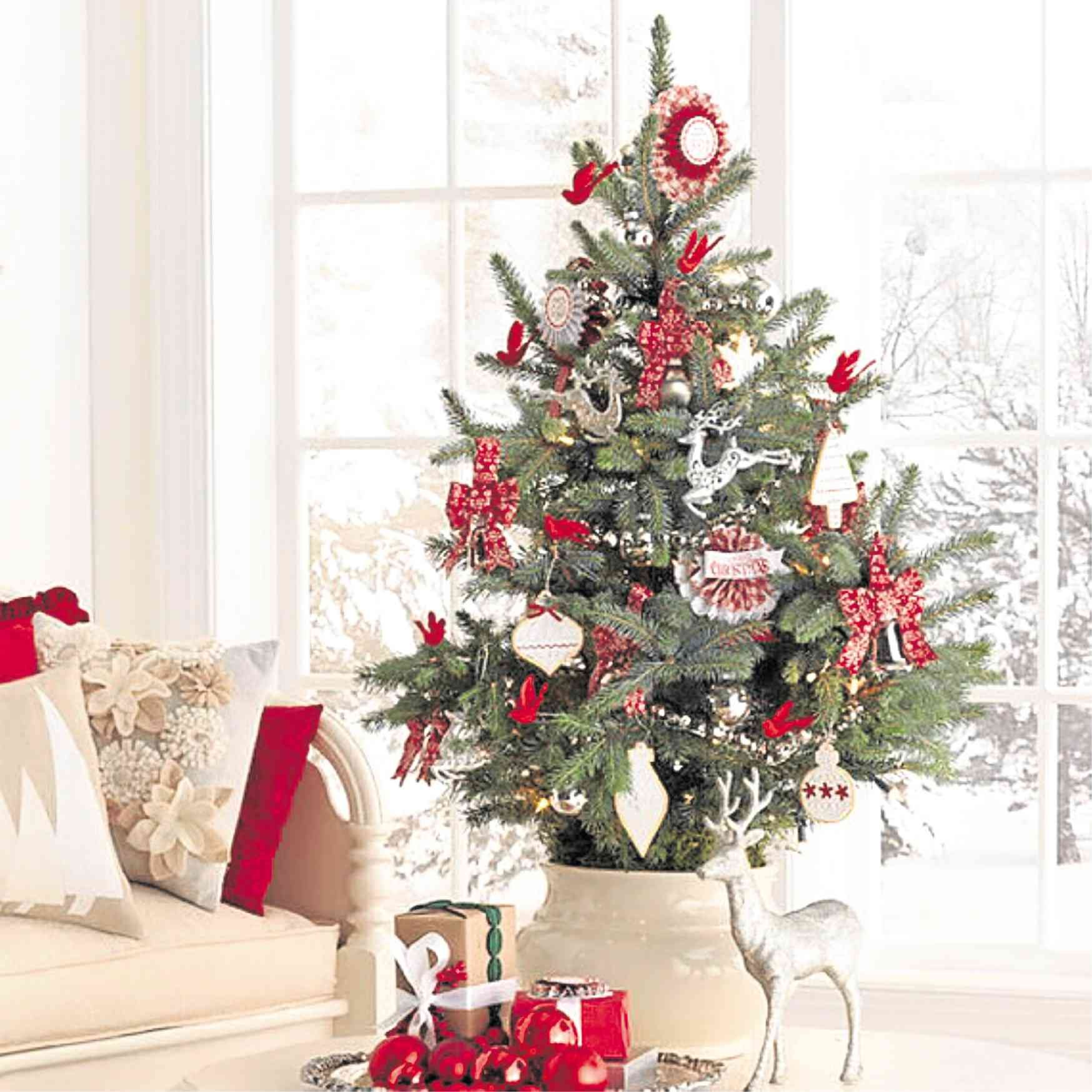 Small Christmas Tree For Kids Room Decorating Ideas Small Space Christmas Tree Christmas Tree Decorating Themes Mini Christmas Tree Decorations