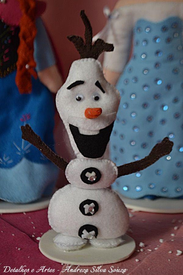 Boneco Olaf em feltro, do filme Frozen. Todo bordado à mão, detalhes com aplicação de strass.