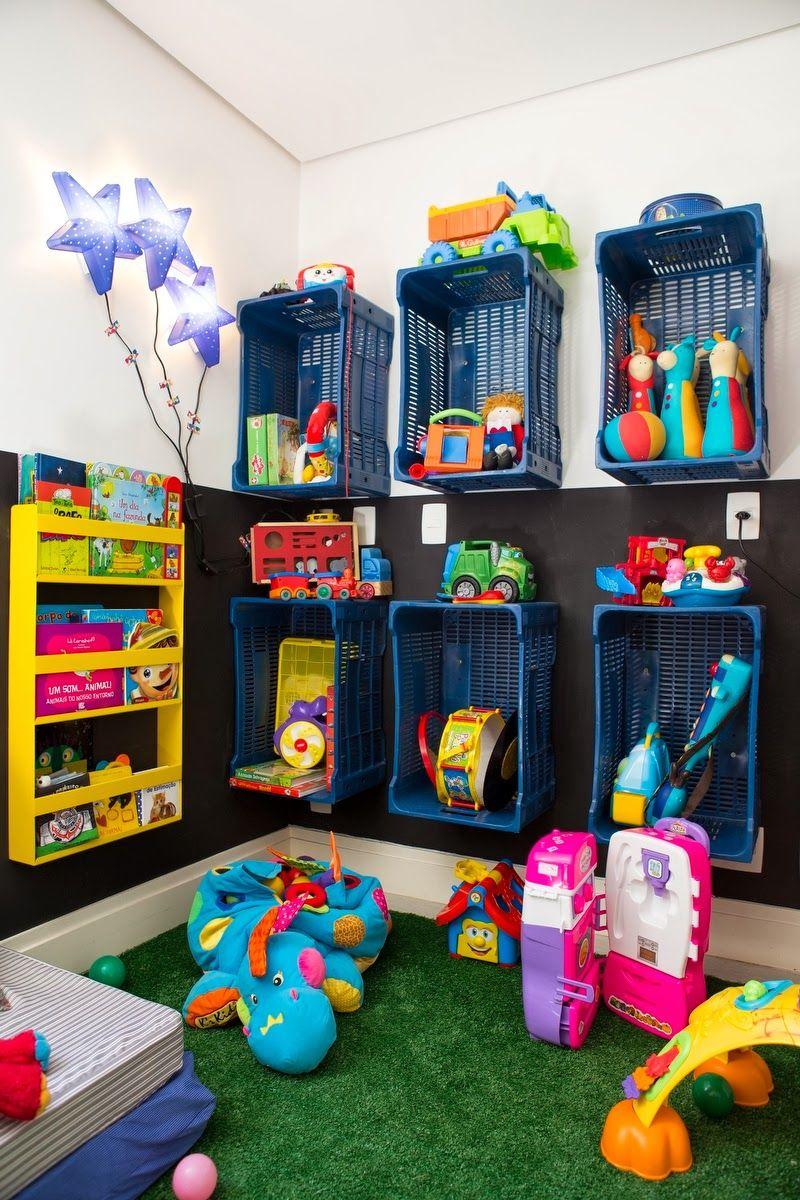 Brinquedoteca Com Caixotes Azuis Usados Para Colocar Brinquedos  ~ Decoração De Quarto Reciclar E Como Mobiliar Um Quarto
