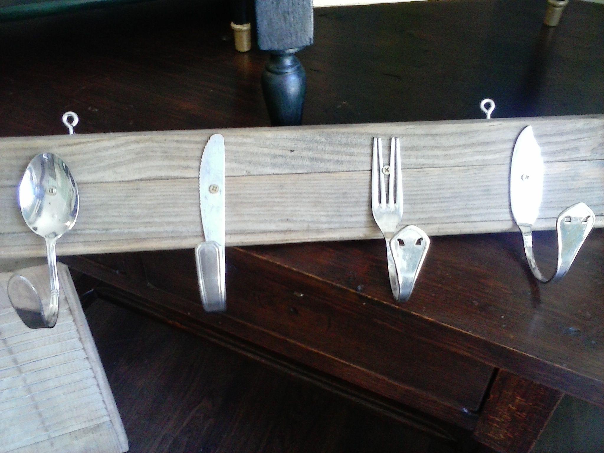 Percha artesanal  para la cocina o comedor , realizada en nuestro taller con cubiertos antiguos espero os guste.