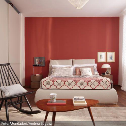 Nierentisch und rote Wandfarbe für den 50er-Jahre-Look Bedrooms