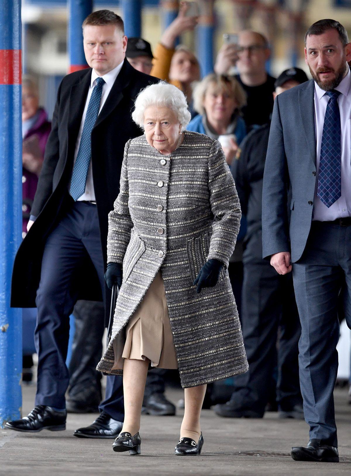 Queen Elizabeth Ends Winter Break, Takes Public Train Back