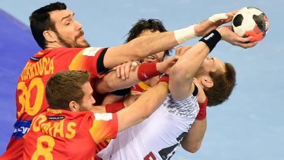 Handball-Nationalspieler Steffen Fäth gegen drei Spanier