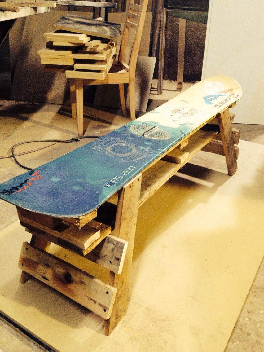 Banco para local con tablas de snowboard viejas