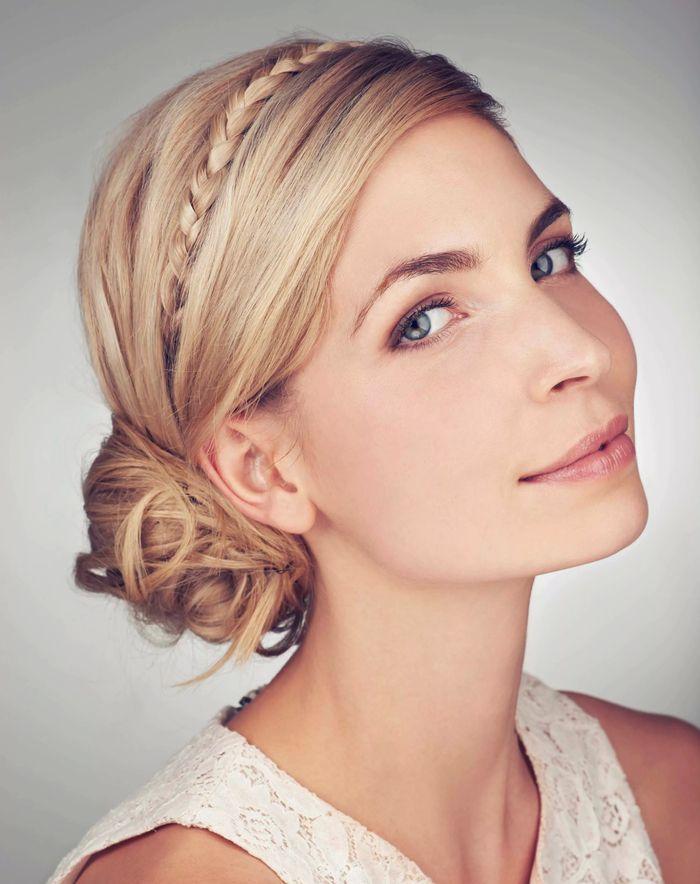 Einfache Hochzeit Frisuren Mit Zopf Und Steckfrisur Fur Blonde Haare Weisses Kleid Dirndl Frisuren Kurze Haare Lange Haare Frisuren Kurze Haare Naturlocken