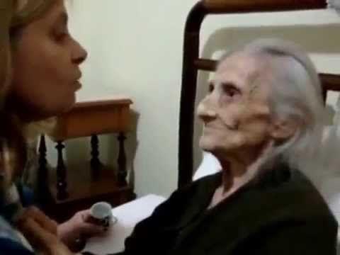 Filha que cuida da mãe com Alzheimer comove a internet. - YouTube