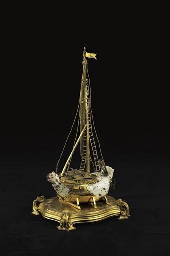 TRÈS BEL ENCRIER EN FORME DE NEF EN PORCELAINE DE MEISSEN D'APRÈS JOHANN GOTTLIEB EHDER (VERS 1743-1745) ET BRONZE DORÉ D'ÉPOQUE LOUIS XV<br><br>la porcelaine à fond blanc à décor d'insectes à monture de bronze doré ; ouvrant à un tiroir dans la base à décor d'agrafes et feuillages gravés ; contenant deux petits récipients sur le dessus