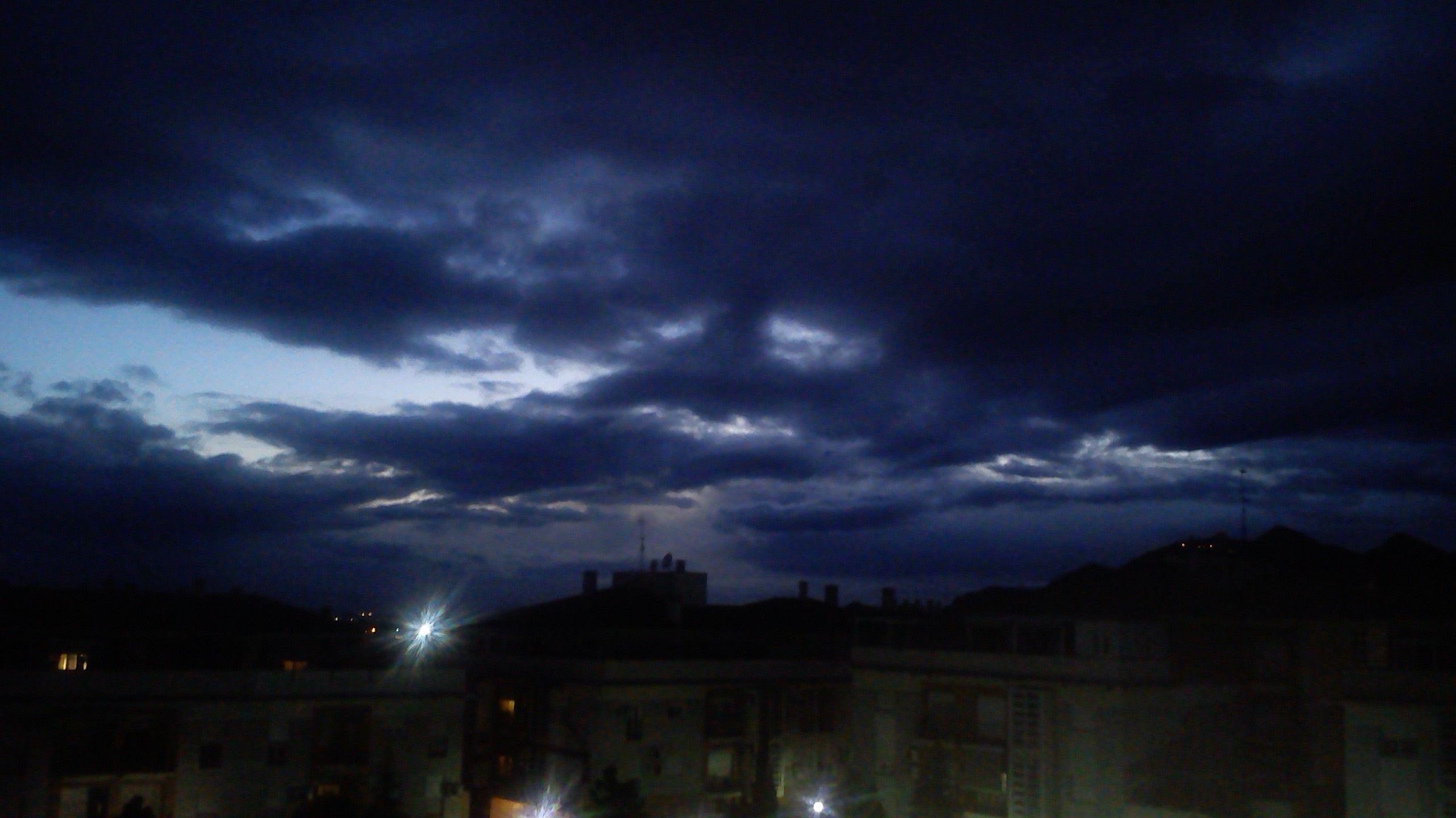 ....noche de terror...y misterio.. (desde mi terraza)