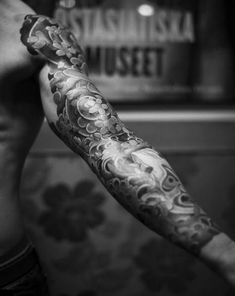 Black And White Japanese Sleeve Tattoos And Tattoo Designs On Imgfave Tatouage Tattoo Bras Homme Tatouage Irezumi