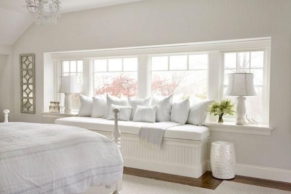 Sitzbank am Fenster mit vielen Kissen Bedroom Interior - schlafzimmer komplett weiß