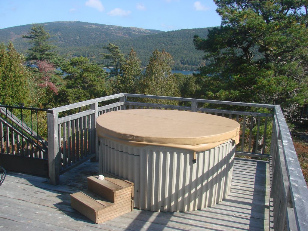 Somes Sound Cottage with hot tub! 1/4 mile to shore by