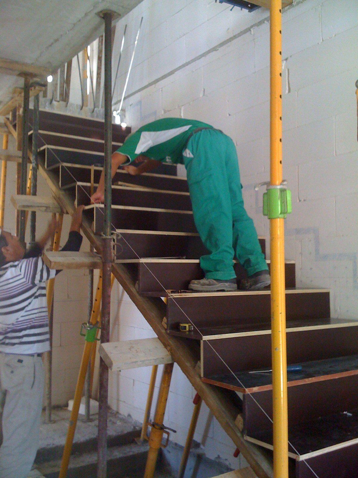 Equipo aparejador arquitectos t cnicos zanca escalera for Encofrado de escaleras de concreto
