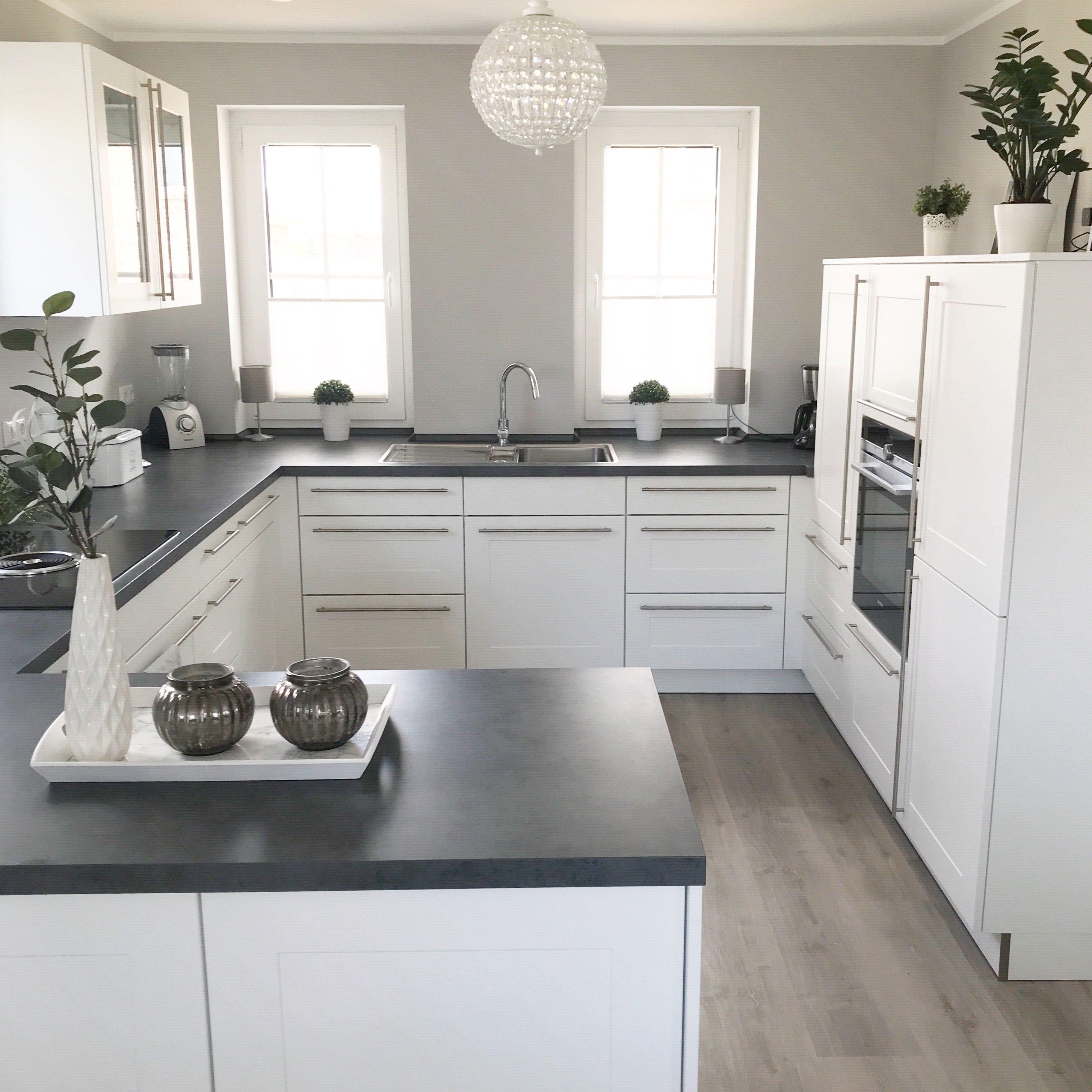 Instagram: wohn.emotion Landhaus Küche kitchen modern grau weiß grey white #Küche weiß #greykitchendesigns