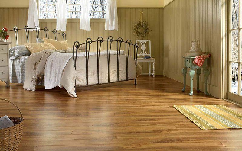 tarima flotante de buena calidad color roble natural en dormitorio